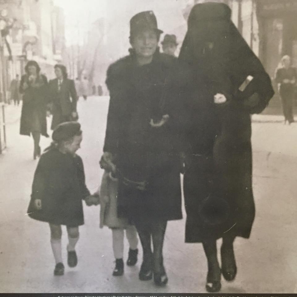 Kvinna i nikab hjälper judinna
